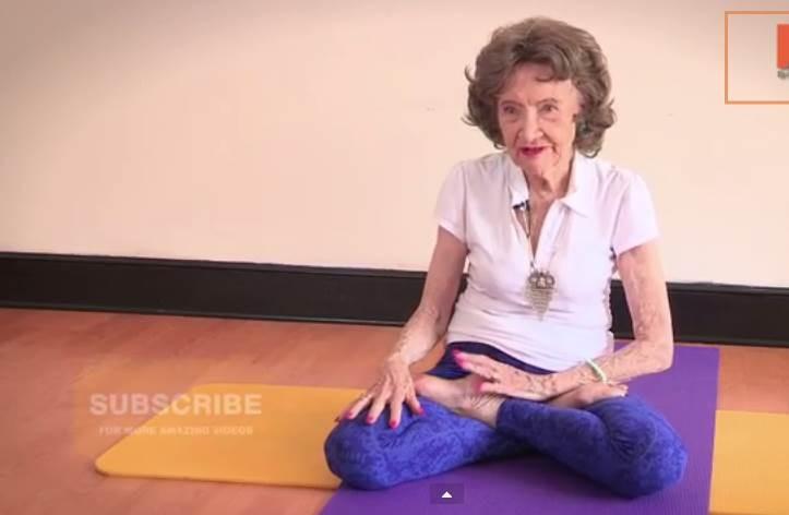 tao la plus vieille prof de yoga seneplus l 39 actualit sport politique et plus au s n gal. Black Bedroom Furniture Sets. Home Design Ideas